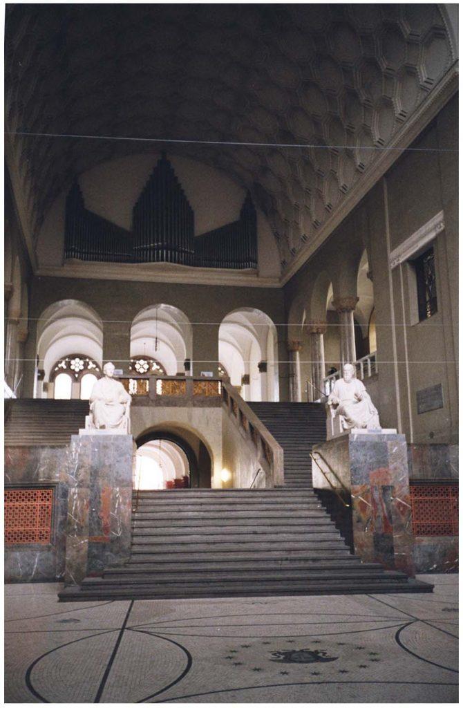 Hauptgebäude der Ludwig-Maximilians-Universität München, großes Treppenaus.