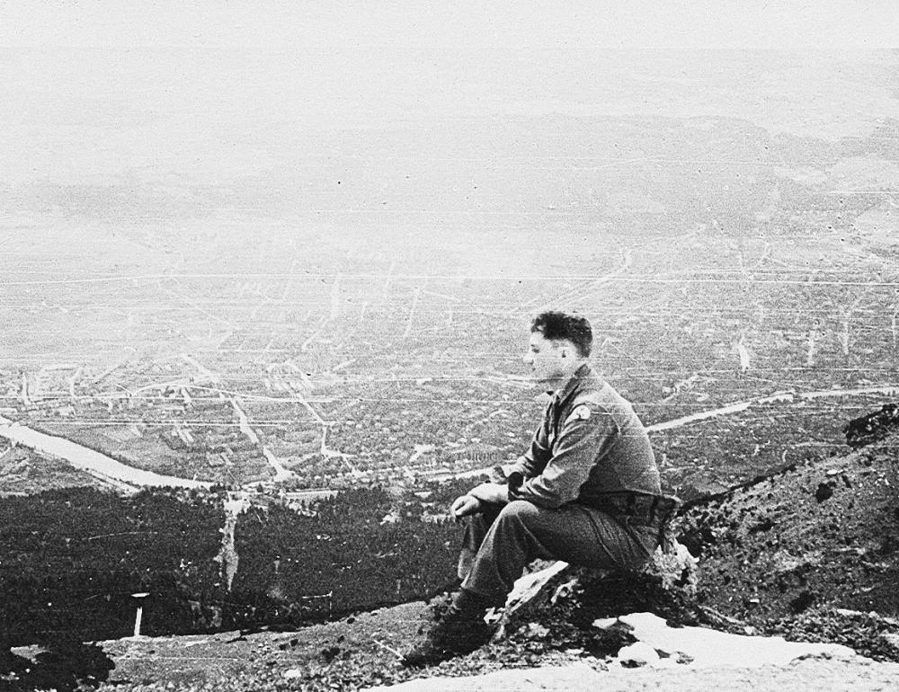 Ein Soldat blickt von der Hafelekarspitze auf den Fluss Inn im Mai 1945. (c) Arthur Flynn / Sammlung Larry Wayne - mit freundlicher Genehmigung des Tyrolia-Verlags verwendet.