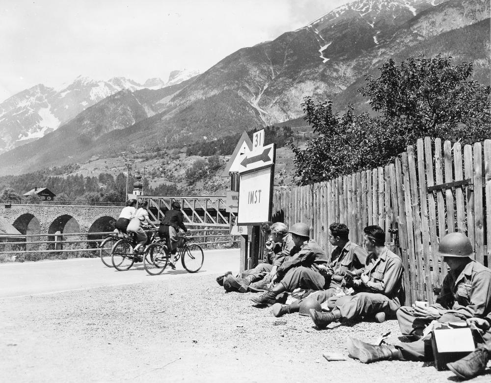 Es kam nach der Besetzung Österreichs unweigerlich zu Kontakten mit der Zivilbevölkerung - auf dem Bild blicken US-Soldaten drei Frauen nach. Die Aufnahme wurde am 28.05.1945 in Imst aufgenommen. Fotograf war Louis Weintraub, 163 Signal Photographic Company. (c) National Archives (111-SC-206805) - mit freundlicher Genehmigung des Tyrolia-Verlags verwendet.