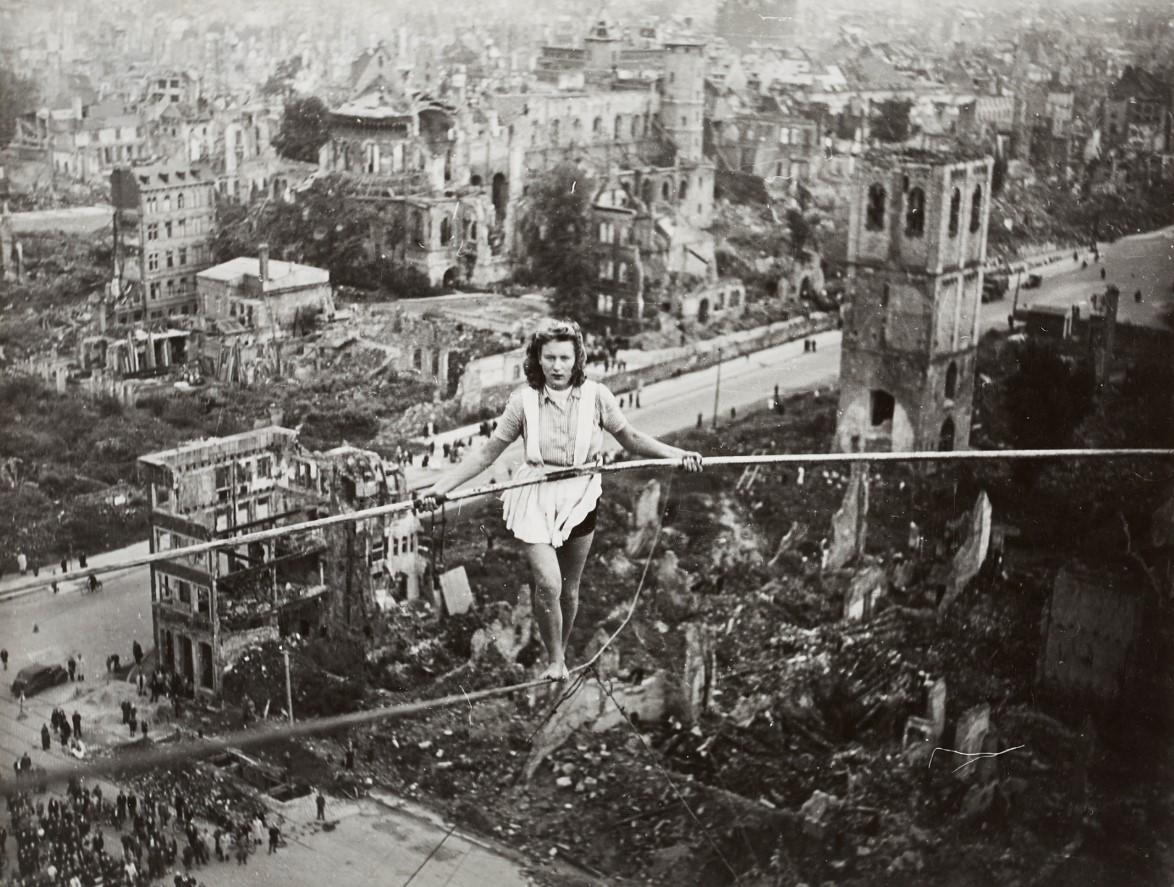 In den zerstörten Städten entwickelt sich auch ein kulturelles Leben. Hier vollführt die Artistin Margret Zimmermann einen Drahtseilakt in Köln. ©Kunsthaus Lempertz - mit freundlicher Genehmigung des Rowohlt-Verlags