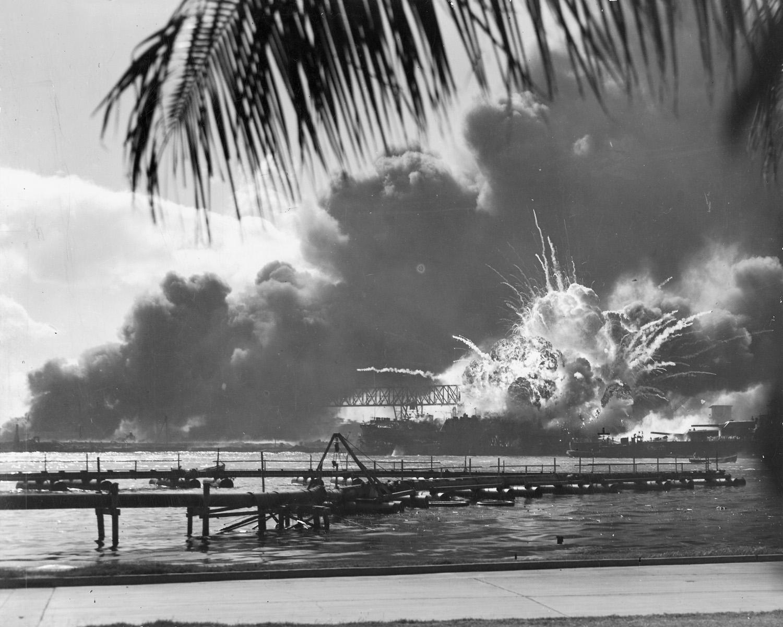 Ein besonders eindrückliches Bild zeigt es doch die verheerenden Folgen des Überfalls: Die USS Shaw, ein Zerstörer, explodiert.