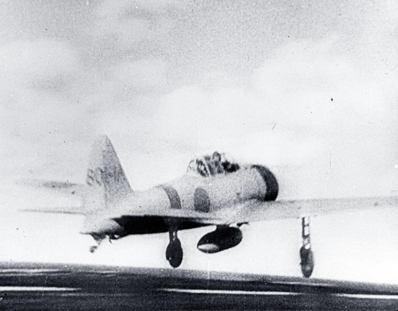 """Eine japanisches Kampfflugzeug startet vom Flugzeugträger """"Akgi"""", um Pearl Harbor anzugreifen. Die Japaner konnten sich unbemerkt melden. Zwar hatten die amerikanischen Streitkräfte Anzeichen eines Angriffs bemerkt, vermuteten diesen allerdings in anderen Bereichen des Pazifiks. Zudem unterschätzten die USA die Reichweite der japanischen Luftwaffe."""
