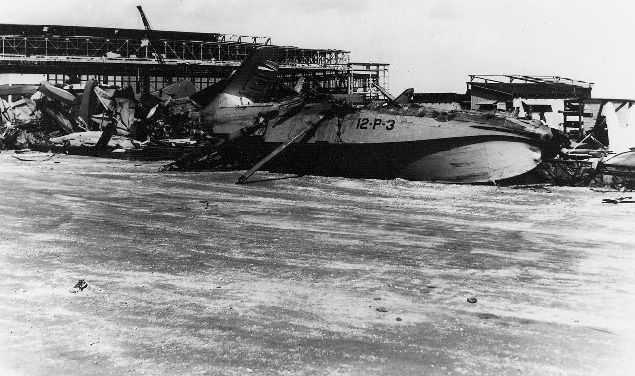 Die Japaner griffen auch die amerikanische Luftwaffe an, die fast vollständig zerstört wurde.
