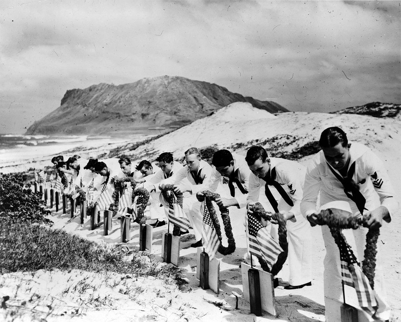 Matrosen gedenken und ehren ihre gefallenen Kameraden.