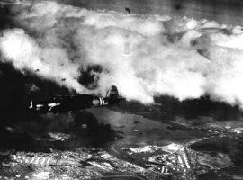 Ein japanischer Bomber des Typs Nakajima B5N2 fliegt über Pearl Harbor