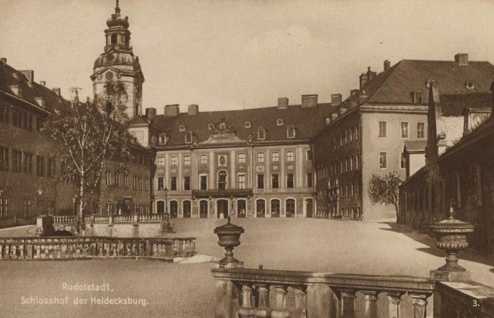 Eine Ansichtskarte zeigt den Schlosshof der Heidecksburg Anfang des 20. Jahrhunderts. Das Schloss Heidecksburg ist das ehemalige Residenzschloss der Fürsten von Schwarzburg-Rudolstadt.