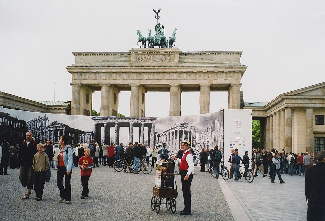 Ein Blick auf das Brandenburger Tor in den Jahren nach der deutschen Einheit