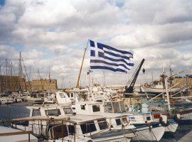 Die am 22. Dezember 1978 offiziell angenommene griechische Flagge über dem Hafen von Heraklion auf Kreta. (c) Jochem Schäfer