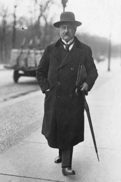 Der frühere Reichskanzler Fehrenbach auf dem Weg zu einer Reichstagssitzung. Bundesarchiv, Bild 183-2002-0507-500 / CC-BY-SA 3.0, CC BY-SA 3.0 DE , via Wikimedia Commons