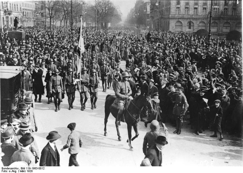 Einzug der Marinebrigade Erhardt in Berlin während der Besetzung Berlins im März 1920. Bundesarchiv, Bild 119-1983-0012 / CC-BY-SA 3.0, CC BY-SA 3.0 DE , via Wikimedia Commons