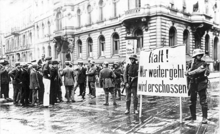"""Berlin: Putschende Soldaten mit Transparent """"Halt! Wer weiter geht wird erschossen"""" Bundesarchiv, Bild 183-J0305-0600-003 / CC-BY-SA 3.0, CC BY-SA 3.0 DE , via Wikimedia Commons"""